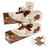 Porzellan-Eule auf Box gefüllt mit feinen Pralinen