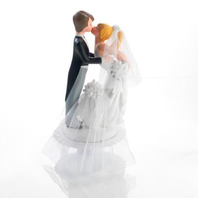 1 St. Küssendes Brautpaar